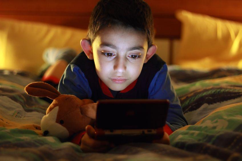 Niño jugando con Nintendo 3DS