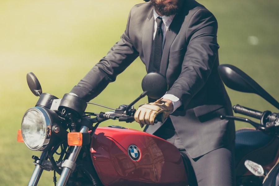 Homem em cima de moto.