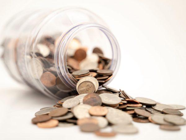 Pote de vidro com moedas.