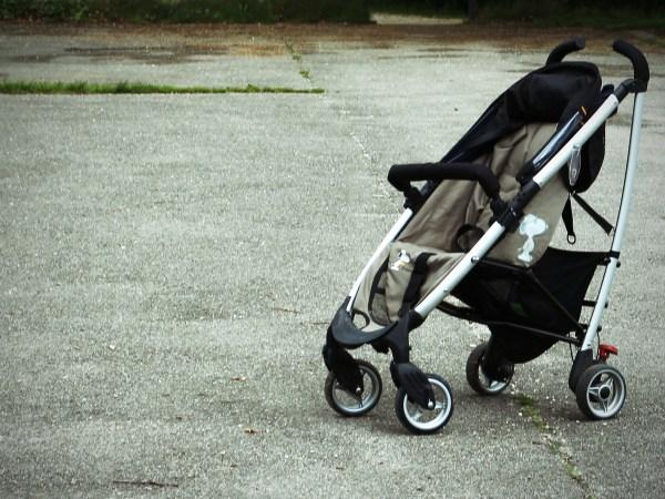 Imagem de carrinho de bebê parado no asfalto