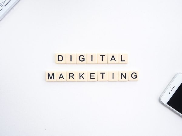 Digital Marketing' escrito, notebook e celular.