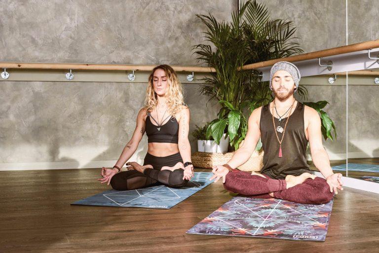 Homem e mulher meditando.