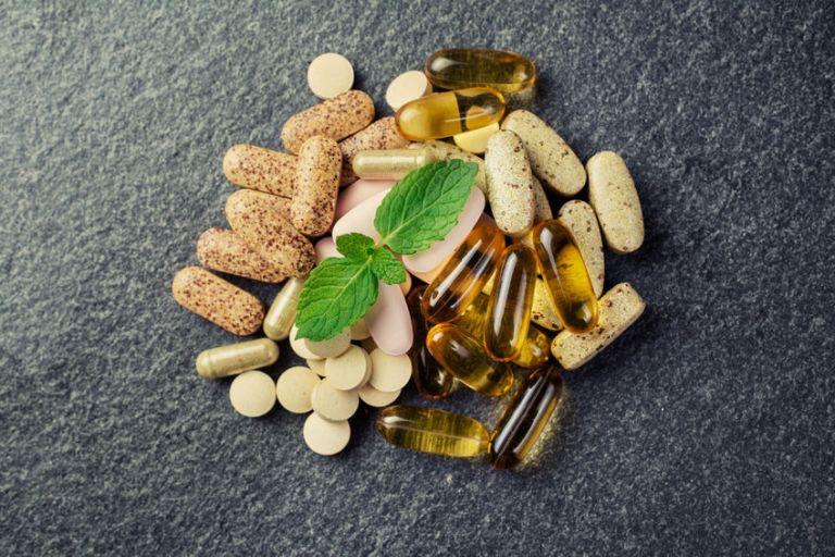 Vários comprimidos de suplementos alimentares.