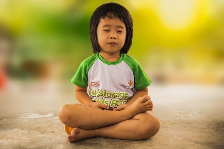 Criança meditando.