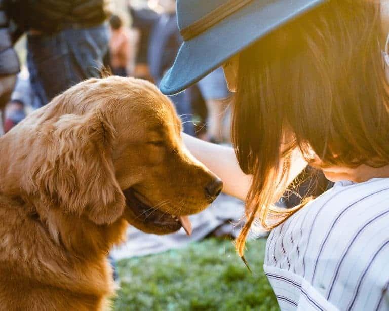 Donna che accarezza un cane