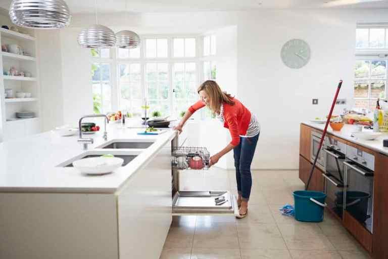 Donna che prepara la lavastoviglie