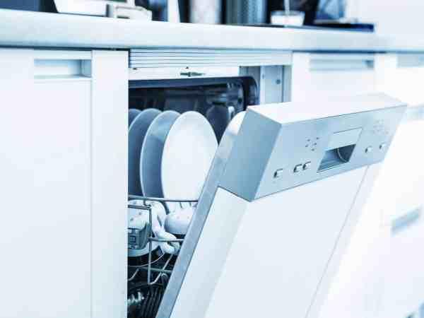 Una lavastoviglie semi-aperta