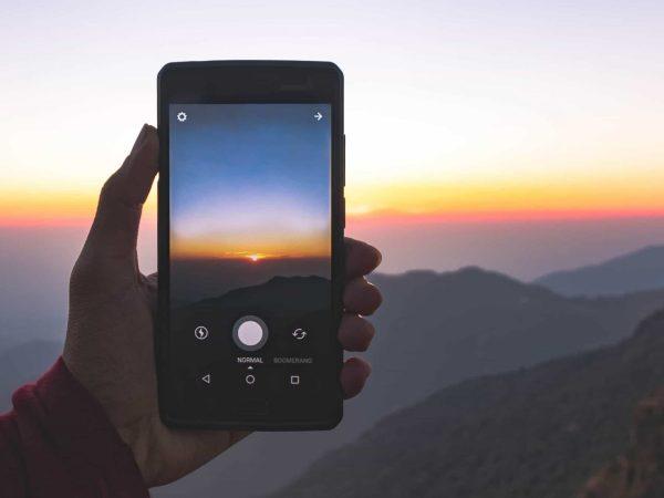 Telefono che fotografa un panorama