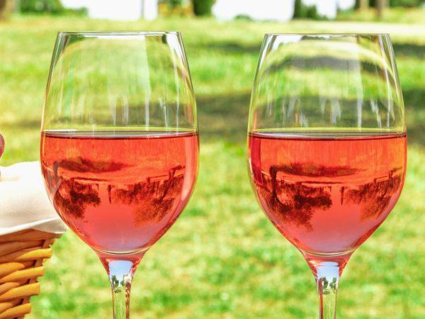 Due bicchieri di vino rosè