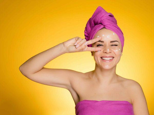 Donna che sorride con asciugamano in testa