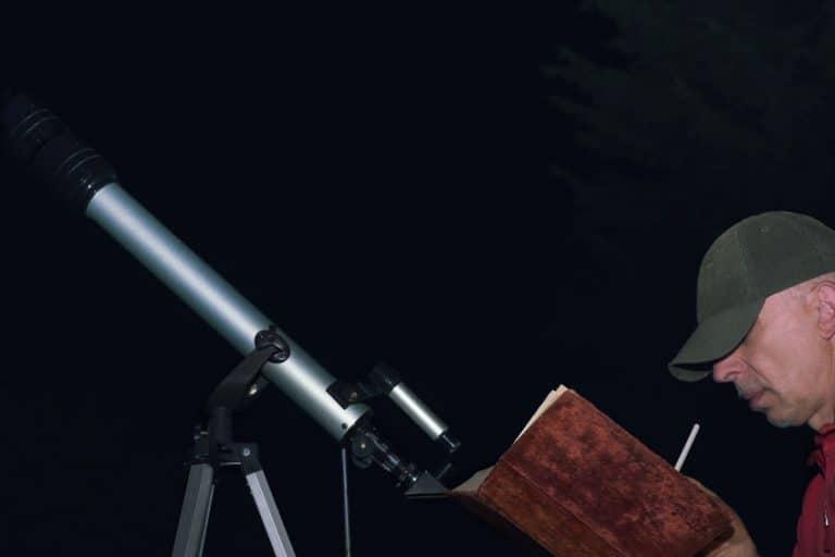 Uomo che usa un telescopio