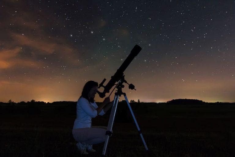 Donna che usa un telescopio