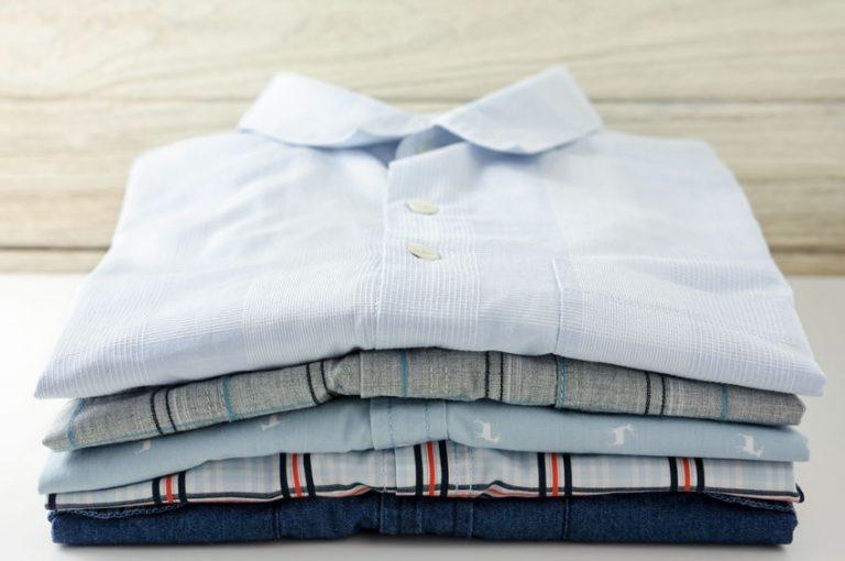 Alcune camicie stirate e piegate