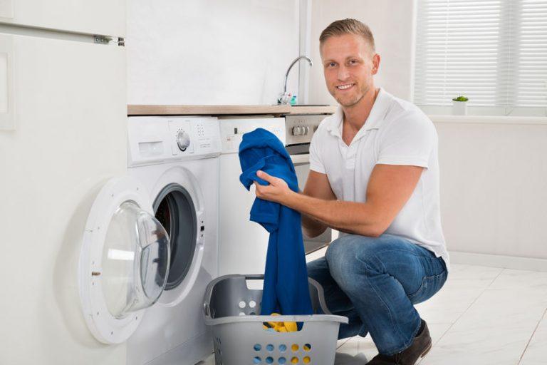 Uomo davanti alla lavatrice