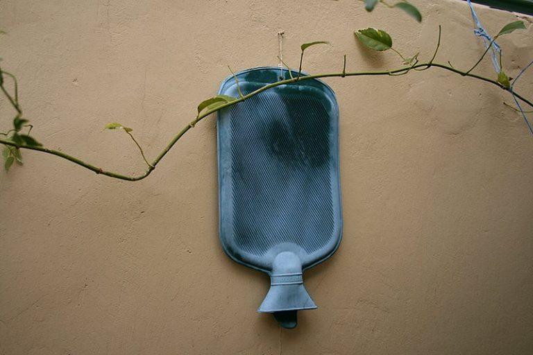 Una borsa dell'acqua calda appesa
