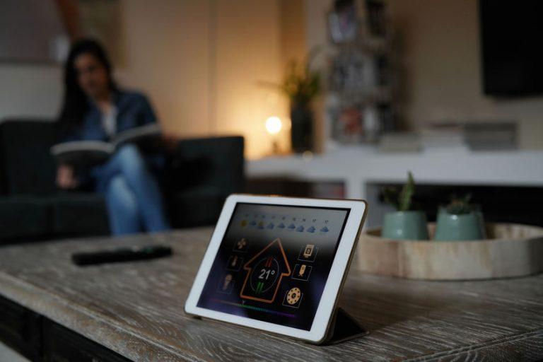 Un tablet che coordina una smart home