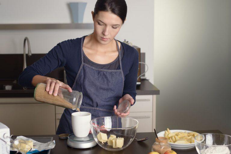 Donna che usa una bilancia da cucina