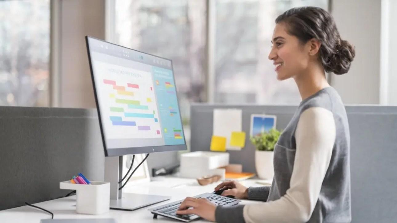 Женщина печатает, глядя на тонкий монитор HP