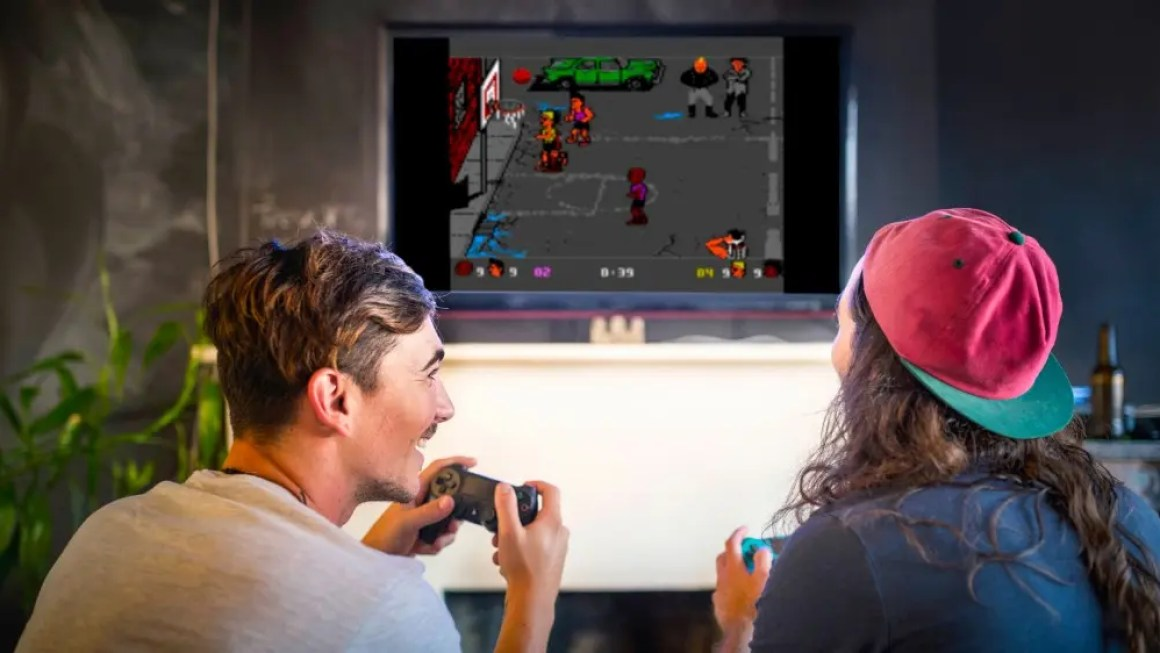 Пара играет в ретро-игру на сервере Plex.