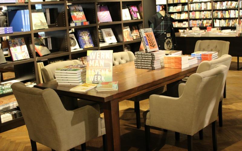 Boekhandel Van der Velde Groningen A-Kerkhof - tafel