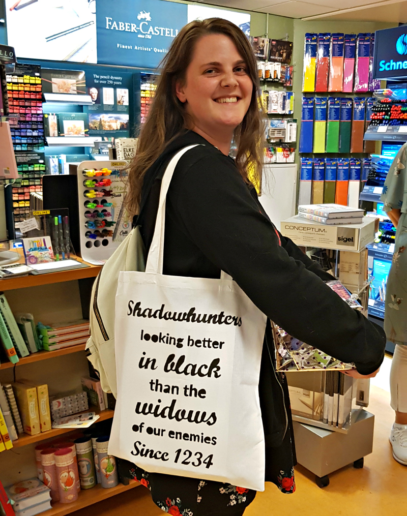 Leanne met een Shadowhunters totebag uit de Reviews and Roses Shop