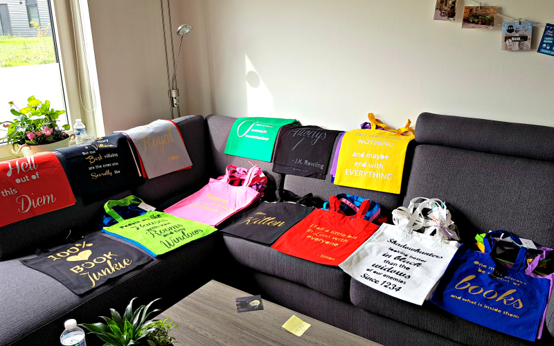 Totebags uit de Reviews and Roses Shop