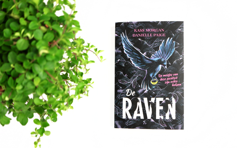 De Raven - Kass Morgan en Danielle Page