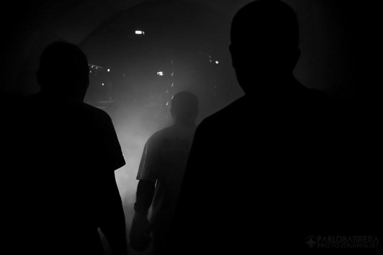 Luis Lazarte, escoltado por su entrenador Fernando Sosa y su ayudante Diego Lazarte, camina hacia el ring donde se enfrentará a Carlos Ariel Farias, Localidad de Caceros, Argentina. (©Pablo Barrera)