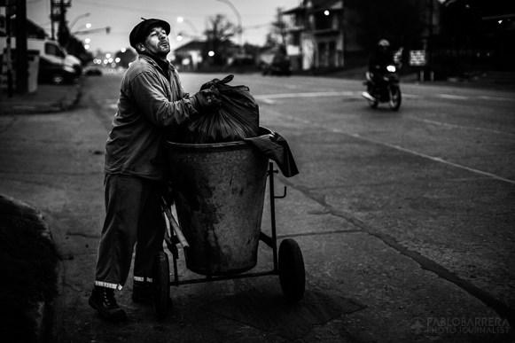 """Desde el año 1987 a la actualidad, Luis Lazarte cumple su labor diaria como """"barrendero"""" (recolector de residuos) en la ciudad de Mar del Plata, su ciudad natal, ubicada en la Provincia de Buenos Aires, Argentina. Su jornada laboral, comienza a las 5am y finaliza alrededor de las 12am, cuando el boxeador regresa a su casa solo por unas horas para almorzar y estar con su mujer e hija menor. A las 4pm, se dirige al gimnasio de box para realizar su entrenamiento deportivo diario hasta las 8pm. (©Pablo Barrera)"""