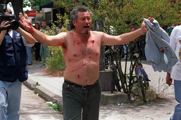 MARDEL 20/12/01 DIRIGENTE DE JUBILADOS JORGE AGUERO HERIDO DE BALA DE GOMA .POSTERIORMENTE FUE DETENIDO FOTO> FABIAN GASTIARENA