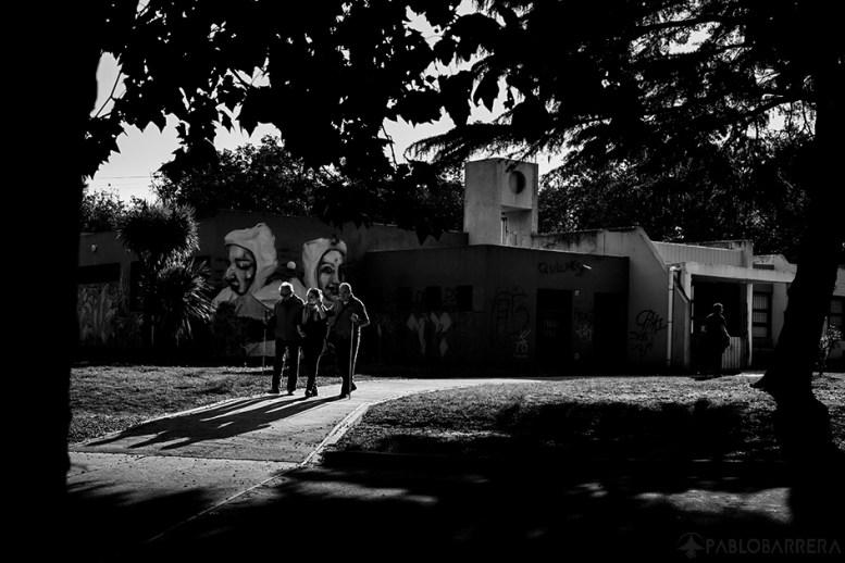 Humberto Richietti (izq) y Santiago Duran (der) son acompañados hasta la parada de transporte público por su profesora de tango Ibel Villareal luego de una clase de danza 'Tango'. Detrás se encuentra el edificio de la Biblioteca Parlante de la ciudad de Mar del Plata, Provincia de Buenos Aires, Argentina.(©Pablo Barrera)