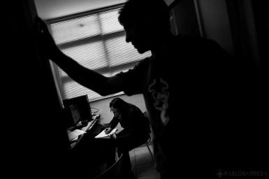 Silvia Monteverde prepara con urgencia un apunte universitario sobre anatomía para Pablo Martínez, estudiante ciego de Kinesiología, quien espera impaciente en la puerta de la sala de edición de la Biblioteca Parlante de la Ciudad de Mar del Plata. Pablo Martinez es estudiante universitario ciego y con solo dos materias adeudadas tiene planeado, para mediados del año 2015, egresar como Licenciado en Kinesiología. Él concurre de lunes a viernes a la Biblioteca Parlante para estudiar con audio libros. Por otro lado, también lleva sus apuntes universitarios que necesita que sean grabados en 48 horas para su próxima clase.(©Pablo Barrera)