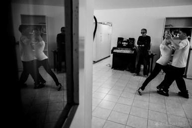 La profesora de tango Ibel Villareal baila junto a su alumno ciego José mientras espera su turno otro alumno ciego llamado Humberto Richietti, clases de danza 'Tango' en la Biblioteca Parlante de la ciudad de Mar del Plata, Provincia de Buenos Aires, Argentina. La Biblioteca Parlante también realiza actividades culturales y de capacitación para sus socios, como talleres anuales de Danza Tango, Música, Artes Plásticas, Informática para Ciegos y Disminuidos Visuales e Idiomas Inglés e Italiano.(©Pablo Barrera)