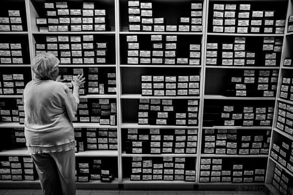 Liliana Perez Serú se encuentra buscando un audiolibro en cassette para poder digitalizarlo y que quede preparado para entregar si es demandado por algún lector, Biblioteca Parlante de Mar del Plata, Provincia de Buenos Aires, Argentina. Liliana Perez Serú es bibliotecaria desde el año 1985. Asumió el cargo de Directora General de la Biblioteca Parlante en el año 1998 y lo conserva hasta la fecha. (©Pablo Barrera)