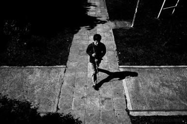 Pablo Martínez es ciego y estudiante de último año de la Licenciatura Universitaria en Kinesiología. Diariamente, luego de cursar materias en la Universidad, concurre a la Biblioteca Parlante para estudiar con audiolibros y llevar apuntes y materiales nuevos para que sean pasados a audio y así poder seguir avanzando en su carrera.(©Pablo Barrera)