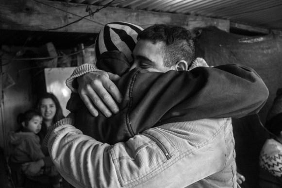 Gonzalo y Javier se estrechan en un abrazo luego de la finalización del último programa de 2015.