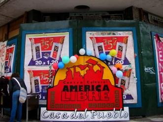 Las puertas del edificio abandonado de San Martín y XX de Septiembre exhibiendo el cartel del futuro Centro Cultural.