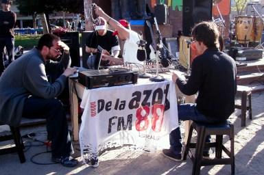 Radio De la Azotea transmitiendo en vivo desde la plaza Rocha en la primer Feria del Libro Independiente y Alternativa (F.L.I.A) realizada en Octubre de 2010.