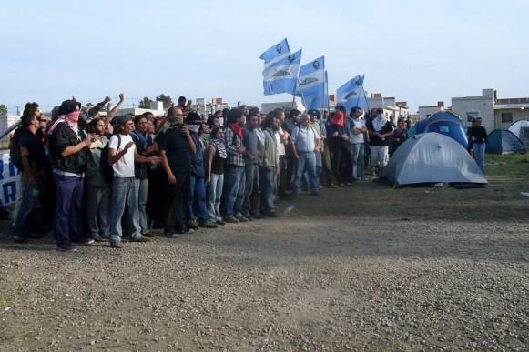 Junto a muchas otras organizaciones, los integrantes del América Libre formaron parte del cordón humano que intentó resistir el violento desalojo policial.