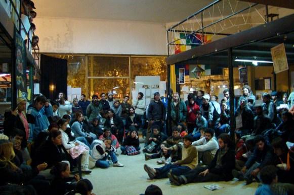 Asamblea del 17 de abril de 2009 posterior a la feroz represión policial, en la que se decidió albergar a las familias desalojadas mientras se definían los paso a seguir.