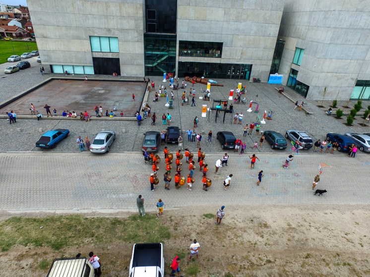 Plaza Esperanza, al lado del Museo MAR. La comparsa Manoahi Candombe ensaya todos los domingos del año desde las 17.