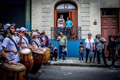 Para las llamadas más importantes los vecinos que tienen una propiedad sobre Isla de Flores alquilan sus balcones a uruguayos y turistas para tener una mejor visión de las comparsas.