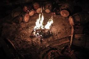 El fuego. Fundamental para tensar las lonjas de los tambores y punto de encuentro entre los tamboreros para charlar y definir asuntos del toque.