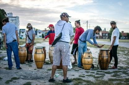 """Paco """"Piraña"""" Silva brindando un taller de toque a la comparsa Manoahi Candombe. """"Paquito"""" es un referente del toque Cuareim, identificado con el barrio sur de Montevideo."""