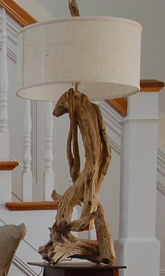luminaria artesanal com madeira rustica