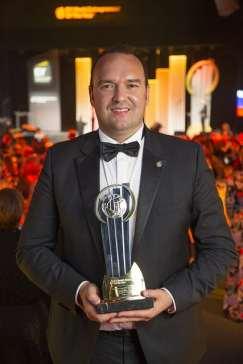 Levente Hugo Bara cu trofeul de finalist WEOY