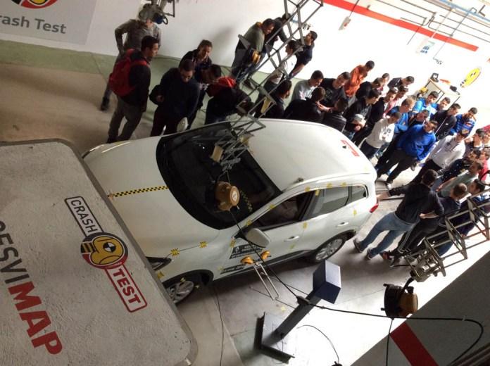 Los alumnos presencian los crash tests 2
