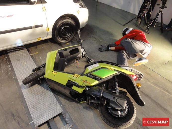 Crash test de motocicleta con dummy contra turismo