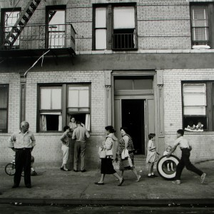 108 St. East, Nueva York. 28 de Septiembre, 1958. © Vivian Maier, Maloof Collection, Cortesía Howard Greenberg Gallery, Nueva York