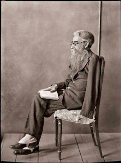 MORENO. Don Ramón del Valle Inclán sentado y de perfil.